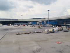 定刻の17:05より少し早い17:01に到着! その後のマレーシア航空に何回か乗りましたが、マレーシア航空が定刻に着くってすごいかも(笑)  飛行機を降りる直前に客室乗務員さんから声を掛けられました。 「テタレッを提供できなくてすいません。もしよければ、ご自宅でお楽しみください。」 Salaamはテタレッの素を手に入れた! マレーシア航空の好感度が上がった! マレーシア航空の提示発着率があがった!(僅かに)