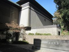 住宅街の中を歩くこと10分ちょっと、「近道」と書かれた方向へと進み、金沢文庫に到着しました。