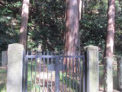 その奥にある茂みの中の上り坂を少し上がったところにあったのが北条顕時のお墓