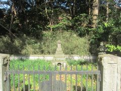 10分ほど登ったところにあったのが先ほど銅像があった北条実時(金沢北条氏初代)のお墓。戒名は称名寺正慧というらしい。 幕府では引付衆や評定衆を務め、建治元年(1275年)に引退後、ここ金沢に蔵書を集めて金沢文庫を創設したそう。そしてその翌年に亡くなった。さきほどのお墓の顕時は実時の子供でした。