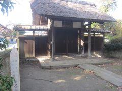 参道を歩いていたら右側にあった茅葺の門は称名寺の塔頭光明院表門だそうです。