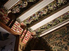 カサ・ビセンス!天井の彫りが細かいこと細かいこと、色彩感覚まで素晴らしい。