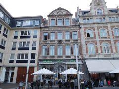真ん中の建物が今夜の宿、ホテル ミル・コロン。 1階はレストラン デ・クリモプ(de Klimop)。 ホテルの受付はレストランで行う。
