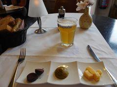 25ユーロ追加すれば1階のレストランでの夕食がついてくる。 しかも飲み物代も込み せっかくなので本場のベルギービールをいただく。 謎の前菜とともに。