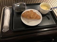 12月1日土曜日。 どこかにマイルでは、出発時間帯と到着時間帯を大まかな時間帯のくくりで希望を出せます。往路の飛行機の出発時間を「5:00~8:59」と希望したところ、6:50の便となりました。 まずは、ラウンジで朝食。