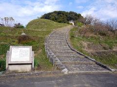 天武・持統天皇陵(檜隅大内陵) 15年前に来た時は迷子になって、なかなかここへ たどりつけずだった。特に迷うようなところじゃないのにね?