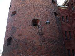 その先には火薬塔。  その名の通り、火薬の保管に使われた塔だそうです。  14世紀に建てられ、1650年にふたたび建て直されました。 高さ25.5m、外壁の厚さは3mだそうです。