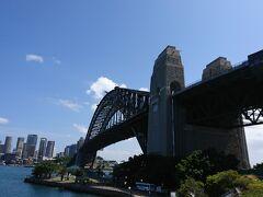 ミルソンズポイントへ。 オペラハウス、ハーバーブリッジ、シドニー湾が一望でき、お天気も最高で、全員はしゃぎぎみ。