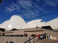 世界遺産オペラハウスに周り、30分の日本語館内ツアー。