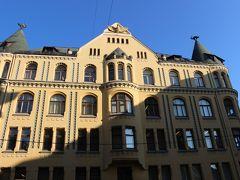 お次は猫の家です(^o^)  これが見たかったの~☆  ユーゲントシュティール建築の美しい建物。  とんがり屋根の上に猫がいるんですよ♪  この猫ちゃん、以前は反対側にお尻を向けていたそうです。  猫の家の家主は裕福なラトヴィア人商人でした。 隣にある大ギルドに入会を希望したのですが、ドイツ人のみが入会できたため、入会に値する十分な資格を持っていたにもかかわらず、入会を断られてしまいました。  怒った商人は猫のお尻をギルドの会館に向けたのだそうです。  その後、ギルドハウスはコンサートホールになり、その音色に惹かれて今では正面を向いているのだとか。  ちなみにギルドとは、ヨーロッパの商工業者たちで結成された組合だそうです。