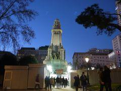 プリンシペ・ピオ駅からの歩いて向かったのはスペイン広場。 暗くなってきたけど人通りが多いので安心して歩ける。 スペイン広場といえばローマだけどここスペインにもちゃんと(?)スペイン広場はある(笑) 広場の中央にはセルバンテスとドン・キホーテとサンチョの像。 もっと近くで見たかったけど広場一面にプレハブが建っていて近づけない(T-T)