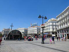 マヨール広場に来ました!♪ マヨール広場(スペイン語: Plaza Mayor)は、スペイン、マドリード、セントロにある広場。プエルタ・デル・ソルとビリャ広場から数ブロックの距離である。129m×94mの長方形の形をしており、広場に面して237箇所のバルコニーを持つ3階建ての建築物に取り囲まれている。