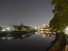 夜の元安川と遠くに原爆ドーム 綺麗に景色が川面に写っています