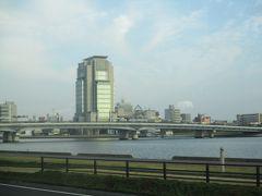 松江しんじ湖温泉駅から空港バスに乗車し、途中で松江駅による。 途中に島根県庁を発見。