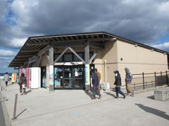 さらに先にある角島の直売所へ。道の駅的なところです。に。ここで休憩とトイレをとりましたが強風がすごくて建物の中に入り浸りでした。