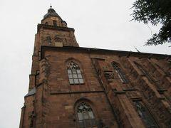 マルクト広場にある聖霊教会。  82mの高い尖塔を持つゴシック様式の建築で、選帝侯の墓が納められいるだけでなく、大学の祭宴の場としても利用されている、ハイデルベルクで最も重要な教会です。 まともに正面から撮っても全体が入らないから下から撮るしかなかったの。