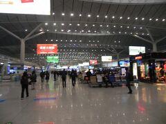 翌朝、西安北駅から8時40分発の新幹線に乗車。河南省の洛陽へ。いまや中国全土に新幹線のネットワークは伸びている。