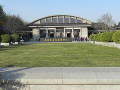 今回のハイライトの兵馬俑博物館へ。現在、1,2,3抗が発掘され、それぞれ屋根がつけられ博物館になっている。写真は1号館。