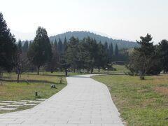 世界三大王墓のひとつ秦の始皇帝陵。クフ王のピラミッド、仁徳天皇陵と並ぶスケール。日本の仁徳陵のほうが壮大だった。