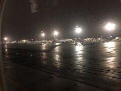 フランクフルトは雨でした。 6時10分頃ですがまだ明るくなってません。
