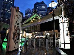 """ビルの谷間のホーカー・センター""""ラ・ウ・パサ""""に到着! ここは24時間営業。でも、開店・閉店時間は店によってまちまちです。  (ビルの谷間で朝粥!チャイナタウンにお洒落なエリア発見 ジャカルタ・シンガポール2016の旅5-1) https://4travel.jp/travelogue/11186143"""