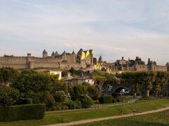 ここカルカソンヌは、日本ではそれほど有名ではありませんが、フランスではモンサンミッシェルに次ぐ観光地として有名です。 ホテルに向かって歩いている途中で見えてきた城壁。周囲全長3kmにも及ぶ巨大な城壁都市です。『歴史的城塞都市カルカソンヌ』として世界遺産にも登録されています。