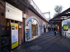 「東京駅丸の内南口 はとバス乗り場」  はとバスを利用するのは、先週の栃木・群馬の日帰りツアーに続き2回目。 時間潰しにはよいですね。  この乗り場、待合室や、小さな売店もあり、 さすが東京駅近くのはとバス乗り場は違うなーという感じでした。