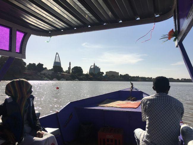 モーター付きのボート。<br />漕ぎ手と交渉し、1時間のクルーズ。<br /><br />