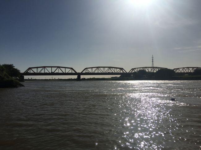 """この橋のあたりで、源流から長い長い旅をしてきた青ナイルと白ナイルが合流し、<br />ナイル川となってエジプトを横断して、地中海にそそぐ。<br />白ナイルはヴィクトリア湖が、青ナイルはエチオピア高原が源流。<br /><br />""""></figcaption></figure>    <p>この橋のあたりで、源流から長い長い旅をしてきた青ナイルと白ナイルが合流し、ナイル川となってエジプトを横断して、地中海にそそぐ。<br>白ナイルはヴィクトリア湖が、青ナイルはエチオピア高原が源流。</p>    <p>1月24日 ハルツーム着後 車でメロエ(ピラミッド)<br>1月25日 メロエ観光<br>1月26日 <strong>メロエ</strong>からナイル川観光し、ハルツーム旧市街観光<br>1月27日 ハルツーム観光 夜ハルツーム発</p>    <p>ハルツームは人口270万、隣の<strong>オルドゥルマン</strong>などを含めると計600万くらい。でも、歴史のある街ではなく19世紀になってから発展。歴史的なみどころもあまりなく、見ごたえがあるのは国立博物館。</p>    <p>ハルツームは青ナイルと白ナイルが合流する地点にある。中洲に渡るだけ、片道1分くらい。写真は中州から街並み</p>    <figure class="""