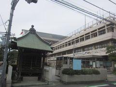 市役所の片隅に建つ浅古家の地蔵堂 市役所を挟んだところにあった旧家は浅古さんでした