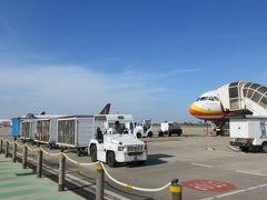 ◆シェムリアップ国際空港◆ 沖止めでシェムリアップ国際空港に到着。バスはありません。  地面をてくてく歩いて空港の建物内へ。