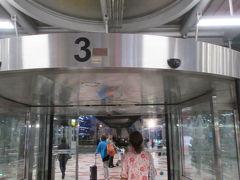 ◆スワンナプーム国際空港◆ 空港からホテルへは、ハッピーツアーのお迎え2200バーツ。ホテルが2500バーツだったので、日本語スタッフお迎えのハッピーツアーにお願いしました。  ハッピーツアーさんはとても親切で、頼りになる・・広いスワンナプーム空港の3番出口でお迎え、でした。  渋滞は少しでルネッサンス・バンコク・ラッチャプラソーン・ホテル到着。