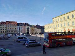 レジデンツ入口のあるマックスヨーゼフ広場。 シュパーテンのブロイハウスが目の前オレンジ屋根の建物です。 シュパーテン飲みかったな(´・ω・`)
