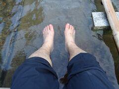 散策コースを一周した後は、足湯で疲れを癒やしますよ。