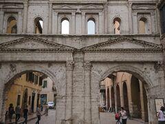 ベローナに入るには、いくつか門があるのですが、私たちはボルサーリ門から入りました。  *後から地図で確認すると、観光を開始するのにはとてもいい場所ということがわかりました。アレーナ、ジュリエットの家とぐるりと回るように行くことができます。
