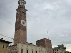 街中を観光していきます。 ランベルディの塔、エルベ広場に面するコムーネ宮殿