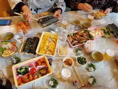 阪急交通社の1泊2日バス旅行 主婦5人の旅行 とりあえず1日目のお昼は持ち寄りで レストランの机を使わせていただき感謝です レストランまんなか様