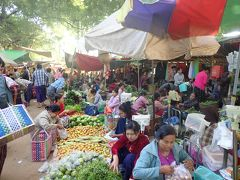 早速、お迎えの車に乗って、ニャウンウーマーケットへ  いや~、大迫力の市場! 所狭しと野菜が並べられています