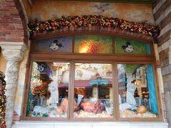 ガッレリーア・ディズニーのウィンドウ。  上の方にミッキーが描かれているの、初めて気づいたかも。。。