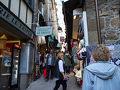 モンサンミッシェルのメインストリート、グランド・リュは益々狭くなって混雑してきます。