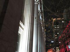 日本橋 三井本館(重文)のライトアップされる列柱  三越の前身である三井越後屋のあった場所に建つ三井本館。 丸の内は三菱系、日本橋は三井系の企業が集まっています。 新しいビルも多く建ち、どんどん街が変わっています。