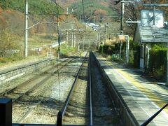 その先にある冠着(かむりき)駅を通過。 この駅が篠ノ井線の最高地点。