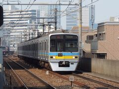 千葉ニュータウン鉄道の9800形です。  千葉ニュータウン鉄道は、成田スカイアクセス線の一部を管理する鉄道ですが、運輸部門は、京成電鉄や北総鉄道に委託している少し変わった鉄道会社です。  成田空港への輸送を担う成田スカイアクセス線は、いくつかの鉄道会社に分かれているので、少し複雑な形態になっています。