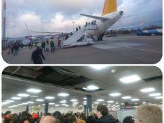 (09:00) 15分ほど早くベルリン・シェーネフェルト空港に着きました。せっかく早く着いたと思ったら、ドアは開いたもののバスが来ないと10分ほど待たされ、パスポートコントロールではすごい人。カウンターは3つしか開けてない。列もあるんかないんかごちゃごちゃで、入国できたのは約1時間後。