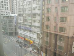 おはようございます。 台北城市商旅南西館の朝です。 今回のお部屋はストリートビュー。 明るいお部屋ですが向かいの建物からの視線がありそうで・・ レースのカーテン越しの風景。  お天気良さそう。 11月下旬の台北。 暑くなく寒くなくちょうど良い感じの気温。 一応防寒コートを着ていきましたが 向こうでは全く必要ありませんでした。 湿度も低めで快適でした。
