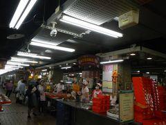 次は朝ごはん♪  前回春節のお休みで購入出来なかった 林合發油飯店でおこわを買ってみます。 永楽市場の1階にありますよ。  行列のお店という口コミでしたが 朝のこの時間は空いてる~。 店先でうろうろしていたら 日本語のメニューを渡されました。謝謝。  油飯(おこわ)を半斤(300g)をテイクアウト。 鶏モモ肉や煮卵もトッピング出来ますが 色々食べたいものもあるので‥シンプルに油飯だけを。  紙製の容器に油飯を入れて椎茸の煮たものをトッピング。 3人いたからかお箸3個も付けてくれて・・すみません。 50元でした。お安い。  台湾ではお子様が生まれるとこの油飯を親戚や近所に配るという習慣があるんですって。おめでたいものなんですね。  この日もたくさんのお弁当を準備中でした。 予約のお品物なのかな~。