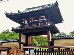 まもなく般若寺の楼門が見えました。鎌倉時代に建てられたものです。この門は出入りとしては使われていないようです。