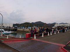 忠海港に到着。この列はこれから乗船する人たちです。