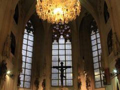 王宮礼拝堂は毎日開いているわけではないので、今日見逃がすと今回の旅行中見ることができない。 ウィーン少年合唱団がいない時は皆さん関心がないのか、人っ子一人いませんし、ここへ向かう人もいませんでした、寂しい… お天気のせいで中も薄暗く、ますます寒々しい雰囲気。