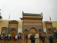 4日目の11/26(月)になりました。本日は世界遺産の古都・フェズの終日観光です。9:30にホテルを出発し、まずは王宮見学です。今日も残念ながら雨模様です。